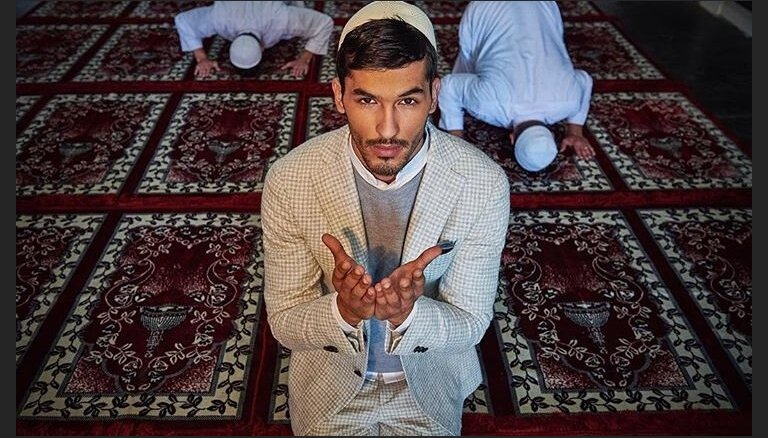 ФОТО. Бренд одежды заставил мужчин в деловых костюмах молиться богу