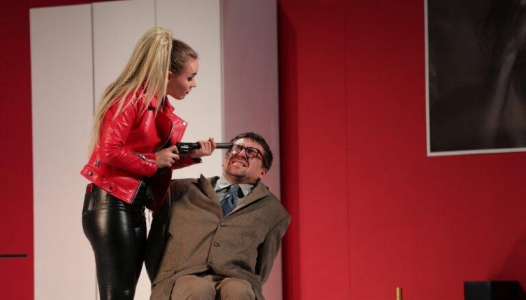 Foto: Komēdija ar stindzinošu realitātes apziņu – 'Hantele killeram' Daugavpils teātrī