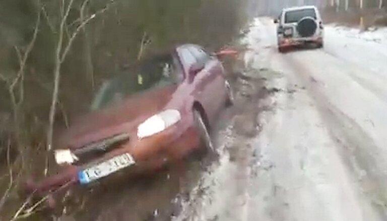 Video: Alūksnē apvidnieks virvē pa grāvmalu velk avarējušu 'mazdu'