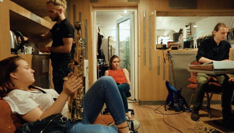 Noskaties! Grupa 'Tvērumi' publicē īsfilmu par albuma 'Audums' tapšanu