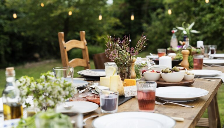 Vasarīga ballīte dārzā: no grila izvēles līdz dekorācijām