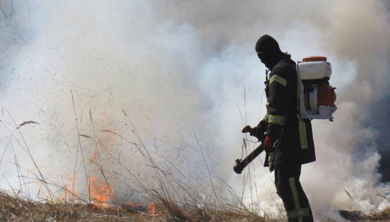 Aculiecinieks: paldies varonīgajam ugunsdzēsējam, kas no liesmām glāba autoparku Tukumā