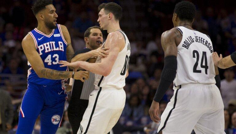 Kurucam sezona noslēdzas ar 14 punktiem un izraidīšanu no zāles; Bertānam un 'Spurs' trešais zaudējums