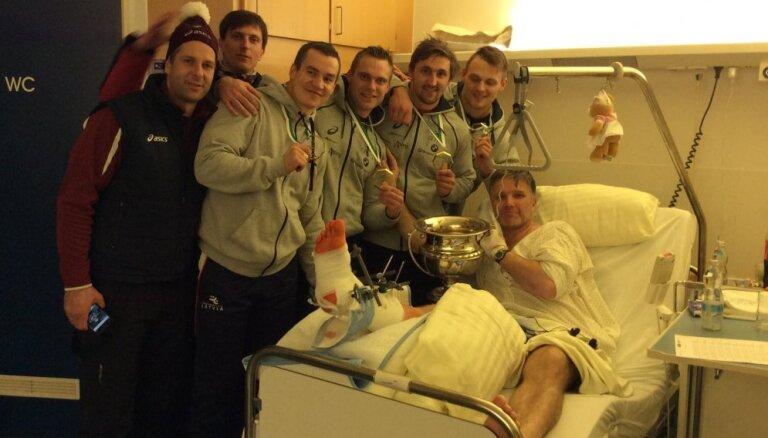 Jaunie pasaules čempioni bobslejā slimnīcā apmeklējuši Sandi Prūsi