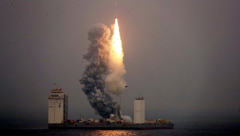 Ķīna pirmo reizi palaiž kosmosā raķeti no kuģa jūrā