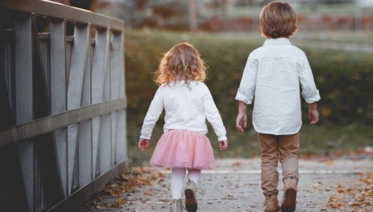 Kā panākt, lai māsas un brāļi bērnībā dzīvotu saticīgāk