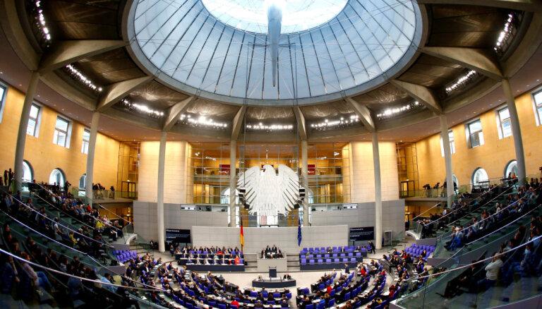 Nopludina simtiem vācu politiķu datus; saudzē galēji labējos AfD