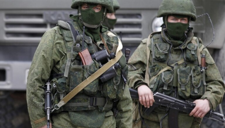 """""""Неопознанные"""" вооруженные люди все еще контролируют большинство объектов в Крыму"""