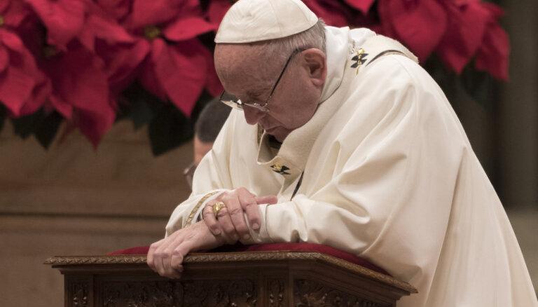 Pāvests Ziemassvētku vakarā kritizē cilvēces 'negausīgo alkatību'