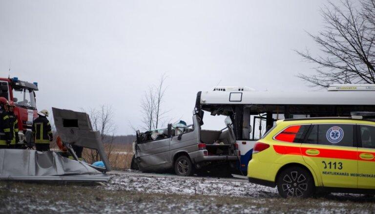 Atjaunota satiksme Daugavgrīvas ielā; avārijā bojā gājuši divi cilvēki