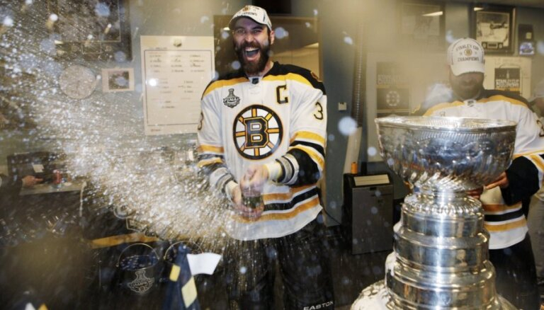 'Bruins' hokejisti taisnojas par 156 000 dolāru dzērienu rēķinu Stenlija kausa ieguvēju ballītē