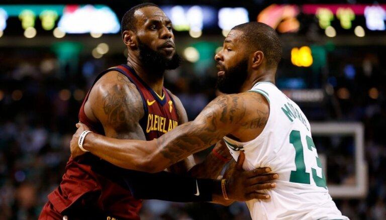 'Celtics' uzvar arī otrajā NBA pusfināla mačā, neraugoties uz Džeimsa 42 punktiem