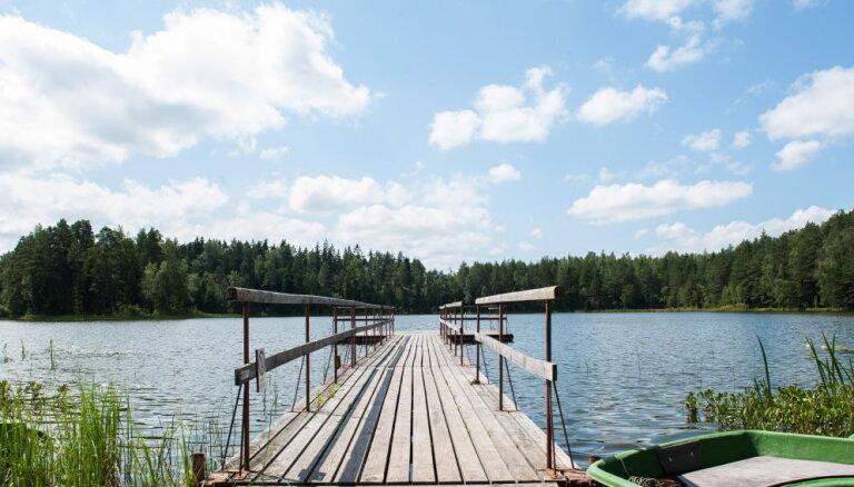 Upēs un ezeros ūdens sasilis līdz +22