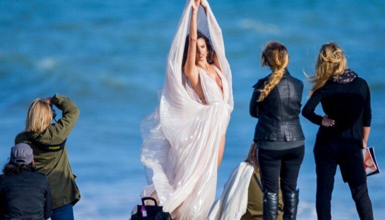 Foto: 'Viktorijas' eņģelītis jutekliskā sesijā pludmalē