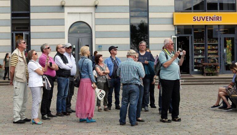 Augustā Latvijas tūristu mītnēs apkalpoto viesu skaits sarucis par 23%