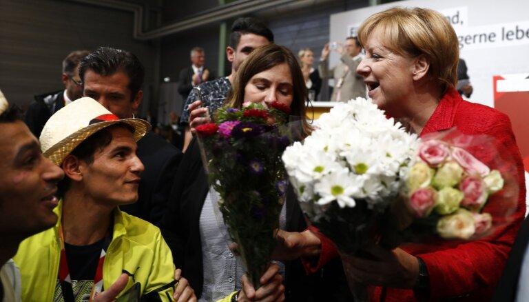 Junkers slavē Merkeli par robežu atvēršanu bēgļiem