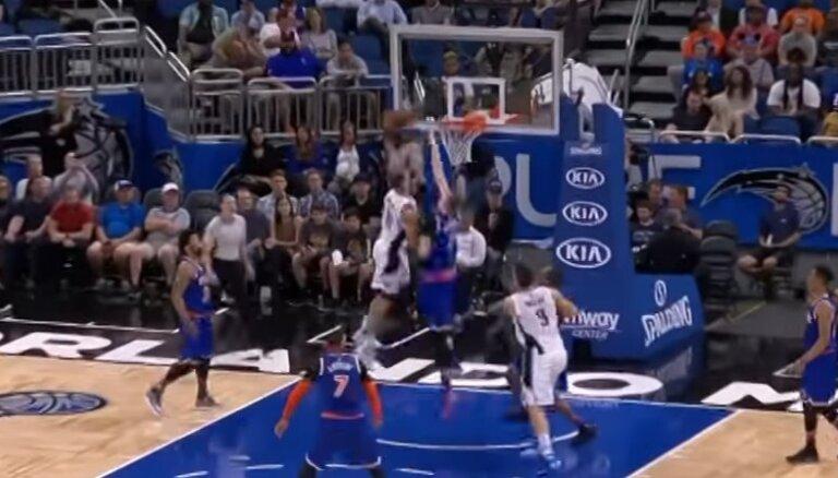 Video: Bumbas trieciens grozā pāri Porziņģim iekļūst NBA dienas TOP 10