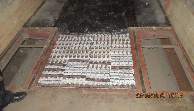 VID kravas auto piekabes dubultgrīdā atrod 313 200 kontrabandas cigarešu