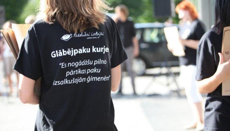 Akcijā 'Paēdušai Latvijai' saziedo pārtikas pakas 2450 ģimenēm