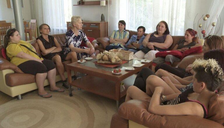 Smeldzes šovs 'Caur ērkšķiem uz...' šogad pie skatītājiem nenonāks