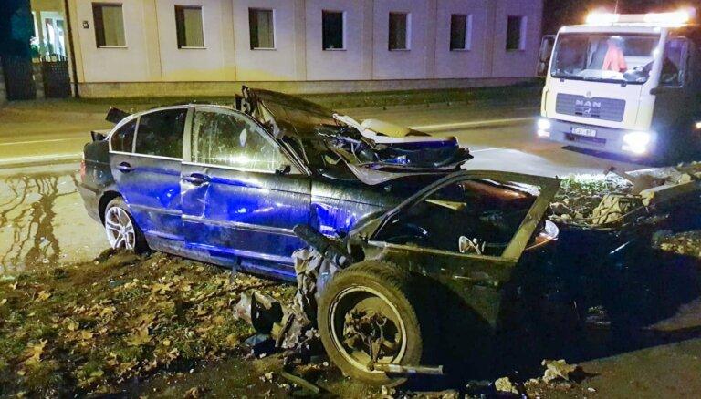 ФОТО: Авария на улице Даугавгривас, в которой погиб водитель BMW