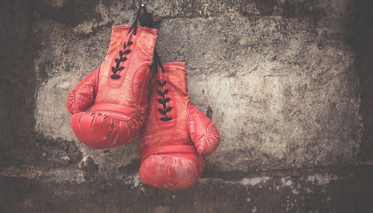 Trīskārtējam pasaules čempionam boksā avārijā lauztas abas kājas