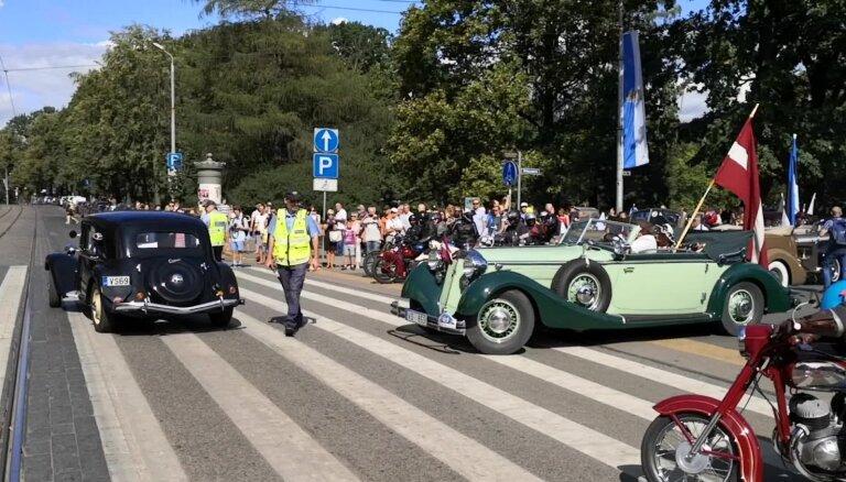 Baltijas ceļa seno spēkratu brauciens piestāj pie Brīvības pieminekļa