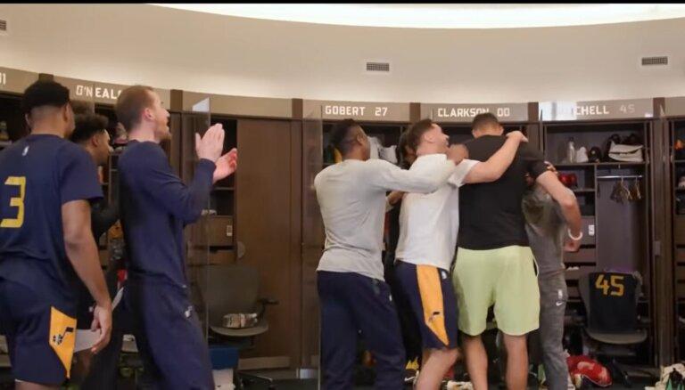 Video: 'Jazz' komanda pārsteidz Gobēru ar labākā aizsardzības spēlētāja apbalvojumu