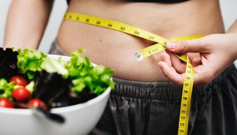 Лишние килограммы на животе: откуда они берутся и как с ними бороться