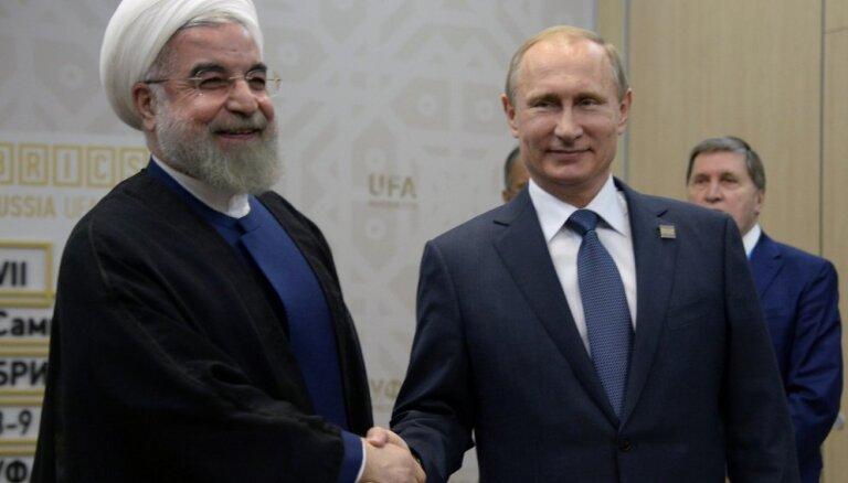 Vēsturiskā kodolvienošanās: Maskava un Teherāna tagad dodas pretējos virzienos, uzskata eksperts