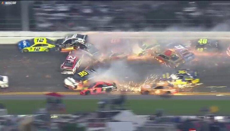 Video: Masveida avārijā NASCAR sacensībās izstājas puse dalībnieku