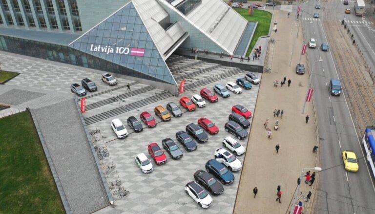 Foto: 'Latvijas Gada auto 2019' dalībnieki pulcējas pie Nacionālās bibliotēkas