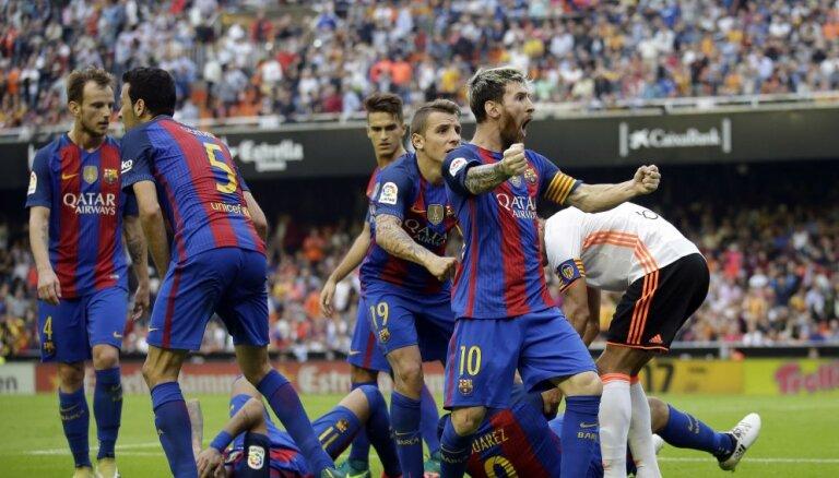 ВИДЕО: Месси забивает в Валенсии на 94-й, Неймар и Суарес получают бутылкой по голове