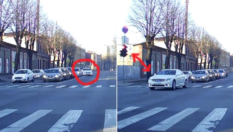 Video: Kalnciema ielā 'Mercedes' visus apdzen un aizbrauc pa 'sarkano'