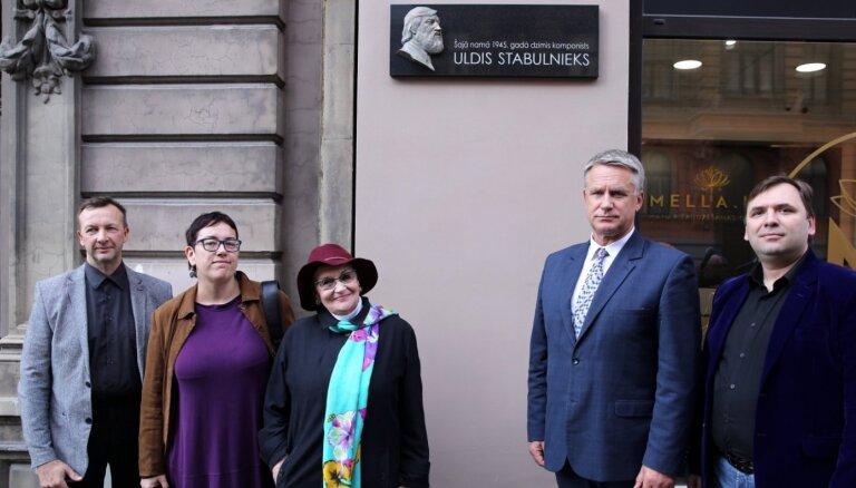 Rīgā atklāj komponista Ulda Stabulnieka piemiņai veltītu plāksni