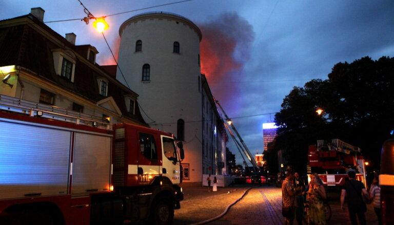 Rīgas pils ugunsgrēka krimināllietā viens no apsūdzētajiem izsludināts meklēšanā