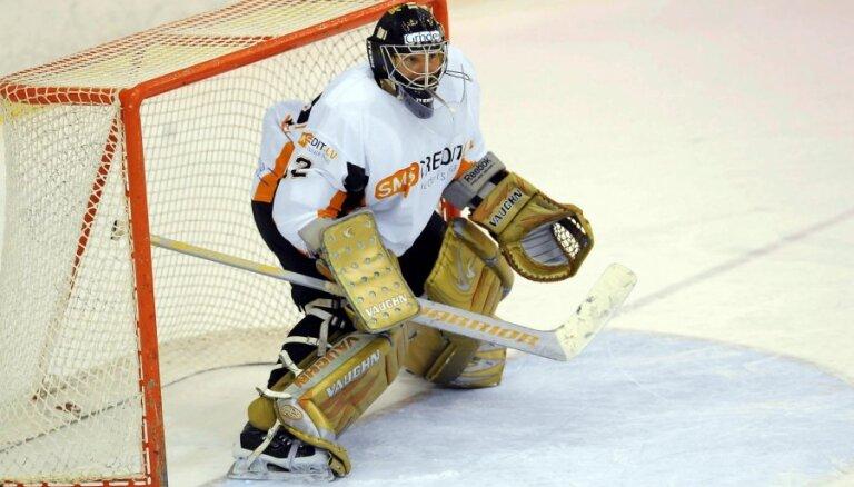 'SMScredit.lv' hokejisti valsts čempionāta līderu mačā uzvar 'Juniors' komandu