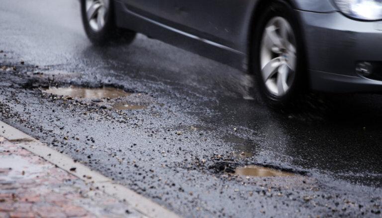 """Рига опережает другие города по числу машин, """"покалеченных"""" в дорожных ямах"""