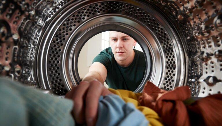 Pēc mazgāšanas – sarāvušās: kā dažādu audumu drēbēm atgūt sākotnējo izmēru
