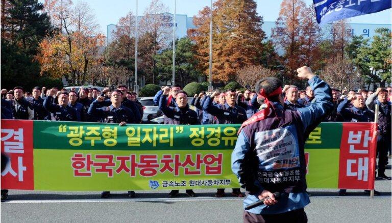 Dienvidkorejā 80 000 'Hyundai' un KIA darbinieku protestē pret ieceri būvēt zema atalgojuma rūpnīcu