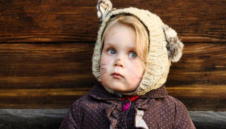 Foto: Mazi un lieli tērpušies maskās svin Mārtiņdienu Brīvdabas muzejā