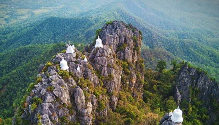 ФОТО. Подпирает облака: захватывающий дух храм в скалах Таиланда