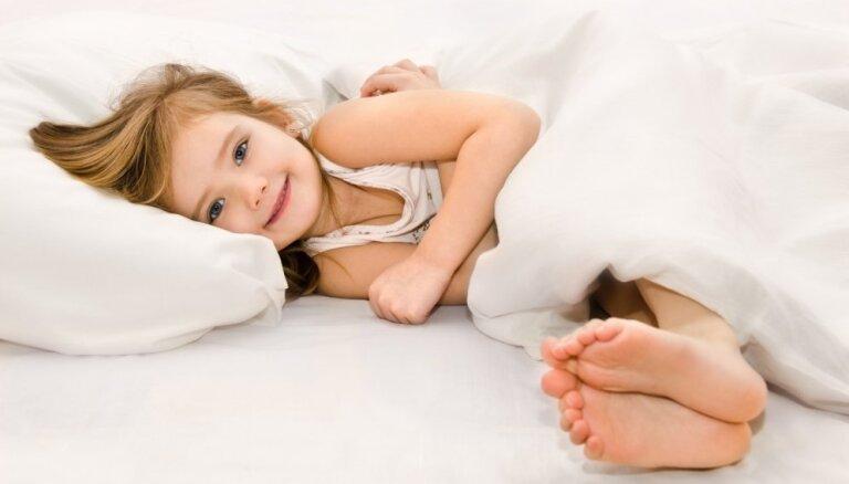Kā bērnu pieradināt agri iet gulēt: seši praksē pārbaudīti padomi