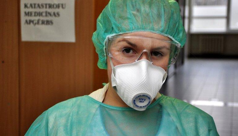 Saņemta vien ceturtdaļa no plānotā masku daudzuma, desmitā daļa no respiratoriem; mediķi spiesti taupīt