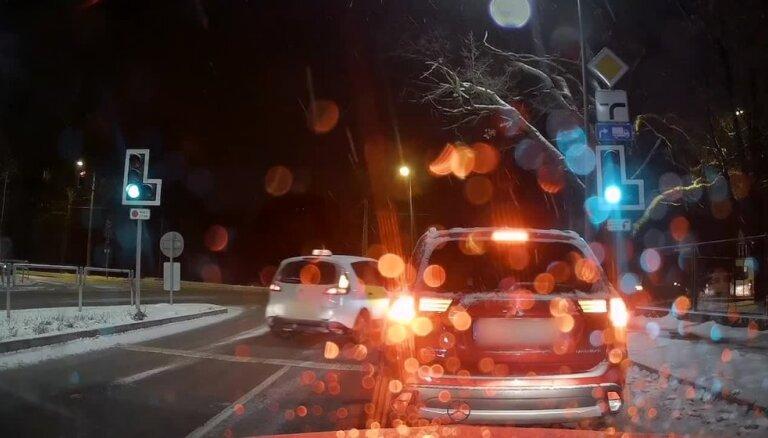 """ВИДЕО: """"Автохам обыкновенный"""". Таксист грубо нарушает правила на Саркандаугаве"""
