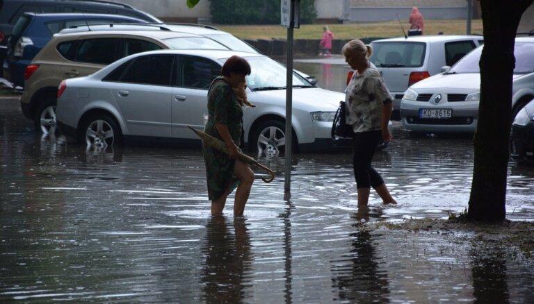 Stiprā lietus dēļ Ogrē un Salaspilī applūdušas ielas