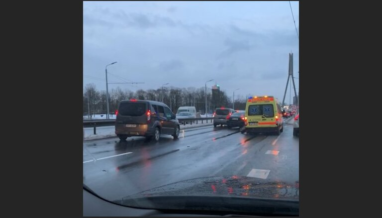 ВИДЕО: Машина скорой помощи пробила колесо на Вантовом мосту