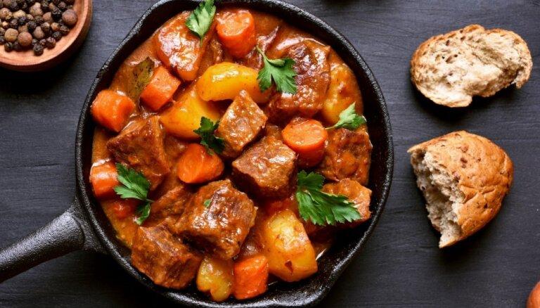 Mājīgs un sildošs gulašs: gatavošanas knifi īpaši sulīgiem gaļas gabaliņiem