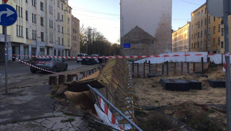 Foto: Vētra Rīgā 'aizpūš' ietves pagaidu konstrukciju