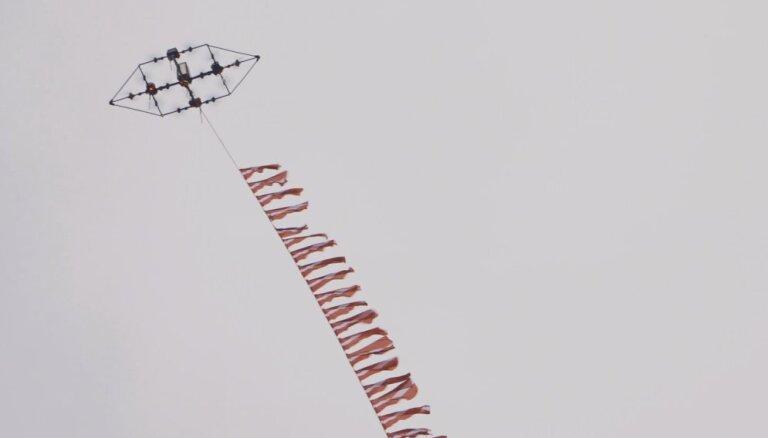 Video: Latvijā izgudrotais drons paceļ gaisā 100 Latvijas karogus